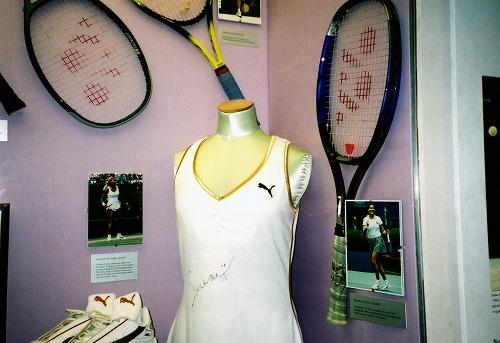 イギリスのウィンブルドン・ローン・テニス博物館の展示物(ラケット・ユニフォーム)