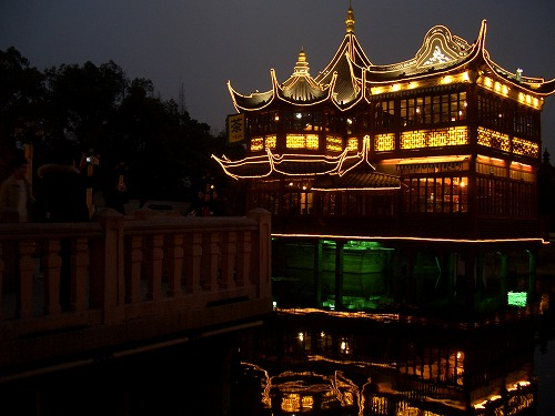 中国・上海の豫園にある湖心亭(夜)