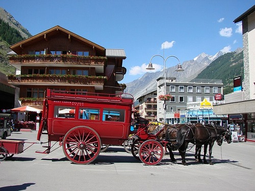 スイスのツェルマットの駅前に停まる馬車